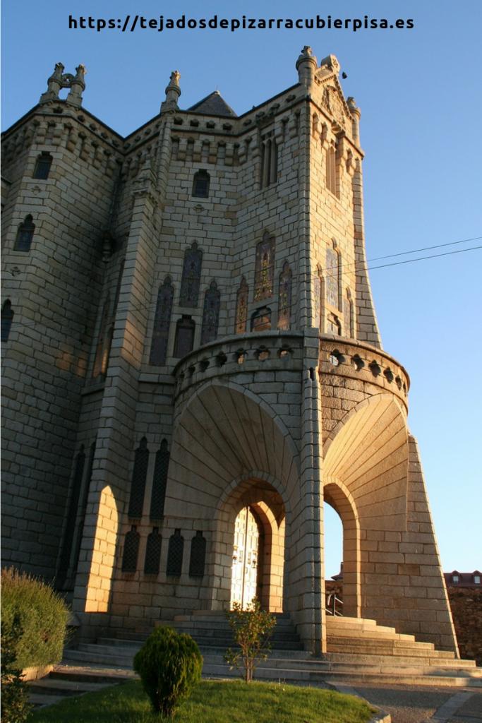 Entrada al Palacio Episcopal de Astorga